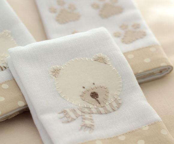 As Fraldinhas de boca são bordadas à mão com desenhos dos Ursos Polar e suas pegadinhas com detalhes em bege. Feitas em algodão, têm barra de tecido bege estampado com poás marfim, tema da coleção. São 03 unidades de 32 x 32 cm cada.