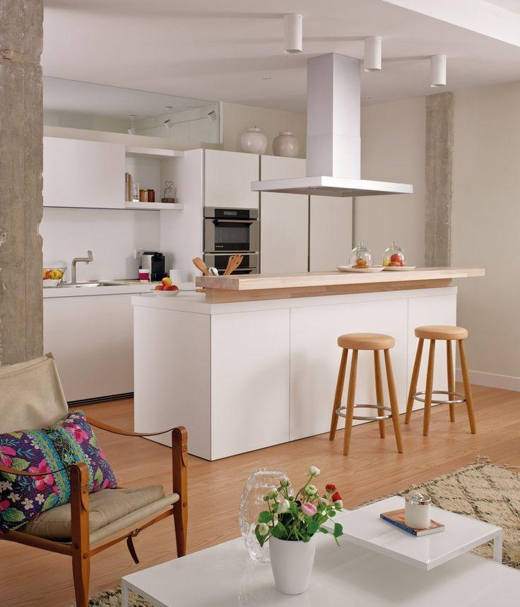 Una buena solución para ganar amplitud en una cocina pequeña, como esta de Verónica Conejos, es eliminar tabiques y abrirla al salón.