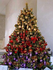 Árvore de Natal dourada vermelha e roxa