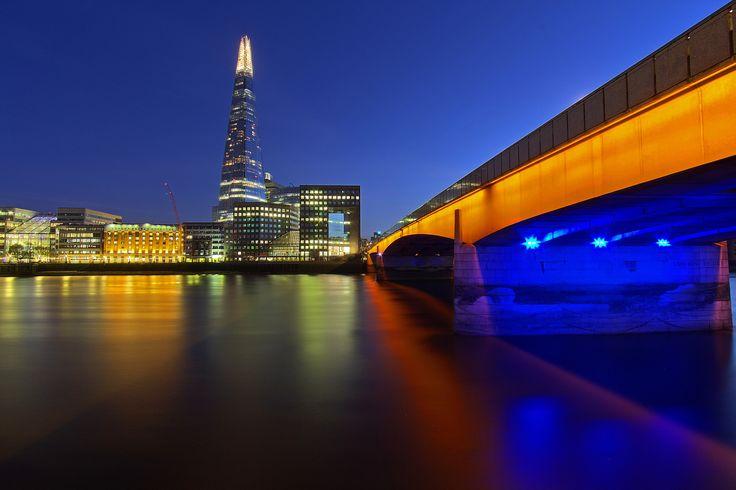 https://flic.kr/p/zbopEJ | Il primo ponte / The first bridge (United Kingdom, London, London Bridge) | Regno Unito, Londra, London Bridge, Autunno 2014  Nel corso della storia, diversi ponti chimati London Bridge hanno attraversato il Tamigi tra la City di Londra e Southwark, nel centro di Londra. Quello attuale, aperto al traffico nel 1974, ha sostituito un ponte di pietra ad arco 19° secolo, che a sua volta sostituiva la vecchia struttura medievale resistita più di 600 anni. Il ponte…