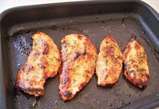 Peito de frango assado no forno (light) - http://www.mytaste.com.br/r/peito-de-frango-assado-no-forno-light-27624337.html