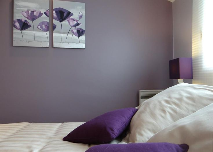 Chambre moderne blanche et violette
