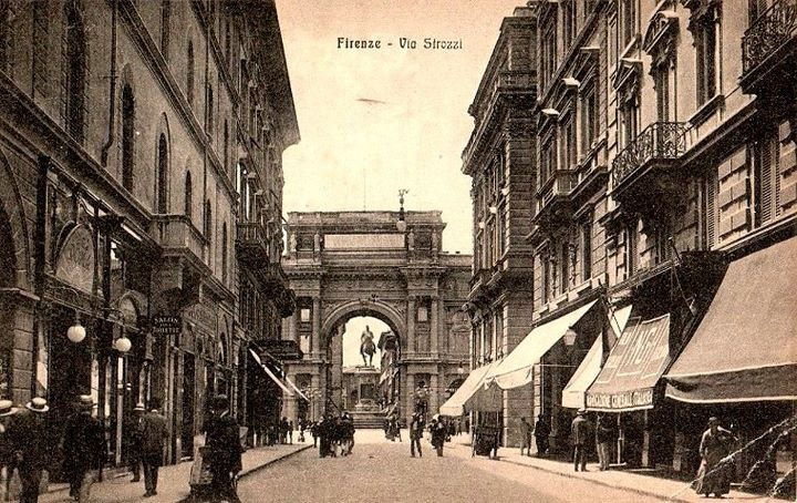 1905: amazing view of Piazza della Repubblica ( that was called Piazza Vittorio Emanuele) from the corner Via degli Speziali & Via Calzaiuoli.