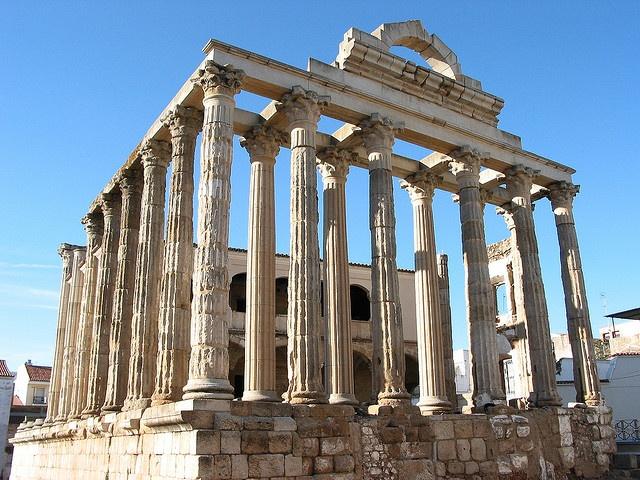 Ruinas de los Romanos en Merida, España. Tiene los pillars y es de piedras, similar a los acueductos.