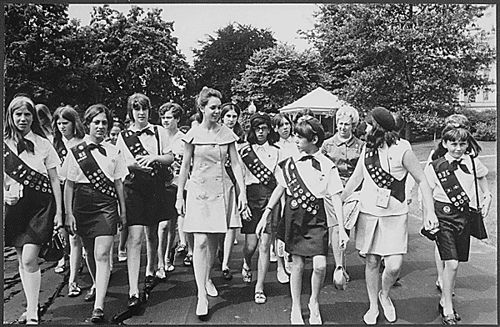 nice Julie Nixon Eisenhower with a group of Girl Scouts, 06/26/1969