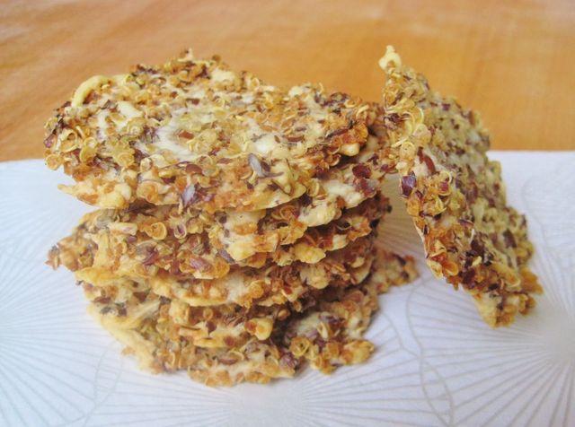 Quinoa, kaas, lijnzaad en water, dat is alles wat je nodig hebt voor deze heerlijk knapperige kaaskoekjes. quinoa kaaskoekjes  In de supermarkt wordt ik geregeld verleid bij het schap met de kaaskoekj