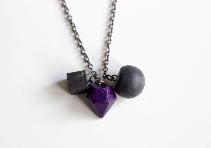 Betónový+mix+trio+náhrdelník+prívesky+odliate+z+betónu+v+tvare+guličky,+kocky+a+diamantu,+diamant+farbený+akrylovou+farbou,+gulička+a+kocka+čiernym+pigmentom+v+procese+miešania+betónu.+náhrdelník+celý+prelakovaný.+Zaujímavá+štruktúra+betónu+zachovaná.+Na+retiazke+farby+Gunmetal.Retiazka+je+dostatočne+dlhá,+je+bez+zapínania,+spojená+spojovacím+krúžkom.+Veľkosť:...