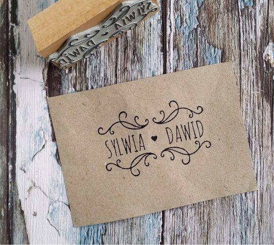 Oryginalny stempel ślubny Rustic Simple z waszymi imionami! Uroczy dodatek do ślubnej papeterii :)  Do kupienia w sklepie internetowym Madame Allure.