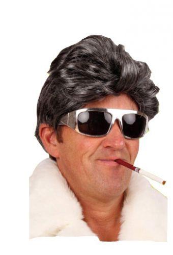 Korte zwart/grijze pruik met golvend haar voor heren  Donker grijze pruik met gladde coupe voor heren. Pruik voor heren met grijs/zwart haar en een glad kapsel.  EUR 6.95  Meer informatie