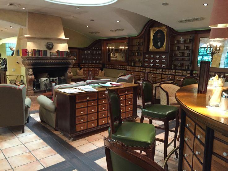 Die Apotheke Bar im Hoteldorf Grüner Baum, für Entspannung und einige gemütliche Stunden bei einem guten Glas Wein oder einem heimischen Schnaps. #biohotels #grünerbaum #badgastein