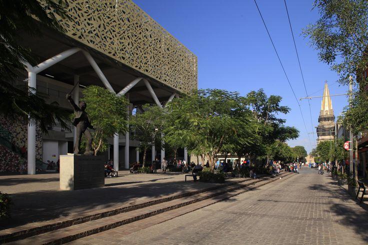 Plazoleta Amo Torres del Mercado Corona, Guadalajara, Jalisco. Diseño Arquitectónico Arq. Claudio Sáinz, Arq. Álvaro Morales y Arq. Miguel Echauri.  Fotografía: Carlos Díaz Corona.