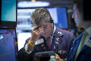 Traders work on the floor of the New York Stock Exchange August 24, 2015. Wall Street opened sharply lower on Monday with the Dow Jones industrial average losing more than a 1,000 points following a more-than 8 percent drop in Chinese shares and a selloff in oil and other commodities. REUTERS/Brendan McDermid