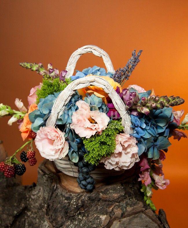Poseta cu flori de toamna, in nuante vibrante de albastru, roz pal si mure decorative.