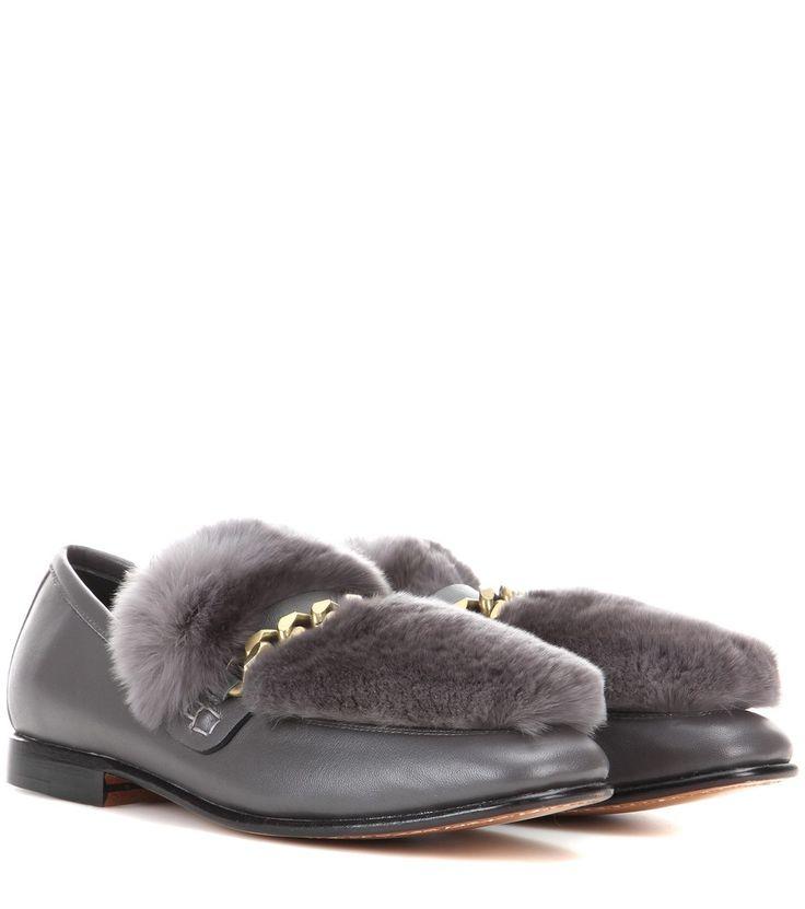 Boyy - Loafer Loafur aus Lammleder und Pelz - Loafur – der Name ist Programm. Die Schuhe von Boyy sind aus poliertem Lammleder in Betongrau gefertigt. Dank des üppigen Kaninchenpelzes und der goldfarbenen Gliederkette erhält das Paar eine trendige Optik. Wir stylen es zu Mom Jeans und einem Merinowollpullover. seen @ www.mytheresa.com