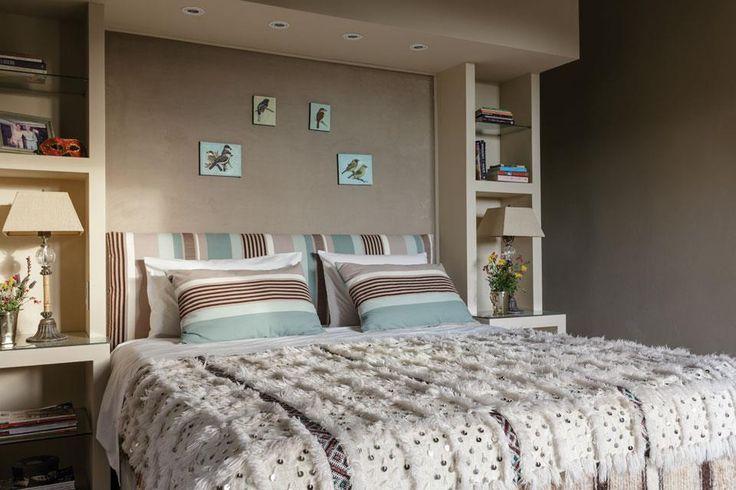 Una casa con estilo serrano  Muy amplia, la suite principal tiene una cama con un respaldo-biblioteca que oculta el vestidor y el cuarto de baño posteriores. La luz para leer está embutida en su estructura.  /Daniel Karp