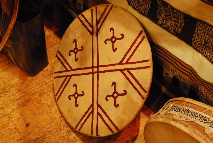 KULTRUN Instrumento de la cultura mapuche. Es el instrumento que sintetiza toda la cosmovisión mapuche.  Ejecutado por la machi. Encargada de oficiar las ceremonias en las comunidades. Organologicamente, se clasifica como TIMBAL - SONAJA.  Por dentro, consta de elementos que le dan todo el simbolismo y el poder que reviste el instrumento.