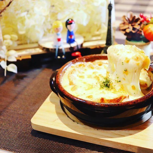 こんばんわ!キッチンスタッフの木村です😋  日が落ちると肌寒くなってきたのでオニオングラタンスープなんてどうですか?(´∇`) スライスした玉ねぎを飴色になるまでじっくりと炒めて本来の甘みが感じられ、バケットとたっぷりのチーズを乗せたら自慢のピザ窯でひと煮立ち...一度食べたらやみつきになりますよ!是非食べて見てください(^^♪ 本日、まだ空席ございます! お電話でのご予約も承っております☺️ #問屋町#問屋町ランチ#問屋町ディナー #モンターレ#motare#イタリアン#たっぷりチーズ#玉ねぎたっぷり#カンパーニュ#オニオングラタンスープ#温かいスープ#やみつき#石窯#オシャレな店#個室#インスタ映え#肉#ビーフイタリアン#生パスタ#インスタ女子向け#テラス席 #デートに #インスタフード #人気メニュー
