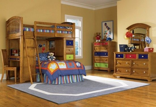 Двухъярусная кровать-чердак. Очень уютно. Удобно расположен стол