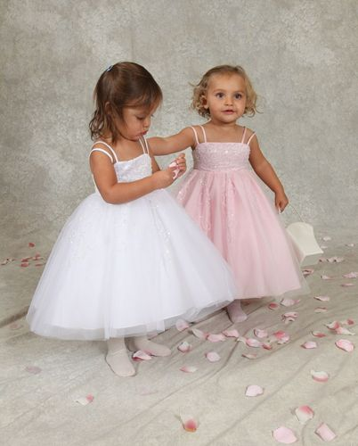 Bruidsmeisjes:Supermooie jurk met heel veel pailletten versierd. Trouwen, bruiloft, bruidskinderen.  bruidskindermode.nl