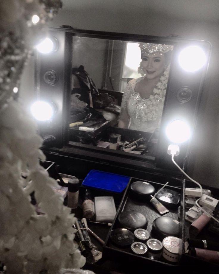 Latepost: Ga ada yg lbh tegang dibanding senyum wanita yg hendak melepas masa lajang.   #weddingday #bride #wedding #weddingphotography #sigersunda #sundaputri #weddingdress #weddings #beautiful #happy #married #weddingparty #dress #makeup #lovestory #pernikahan #brides #weddingtime #justmarried #weddingstyle #beautifulbride #adatsunda #happyday #marriage #instawedding #weddinginspiration #couple #party #weddingideas by mayangwangi