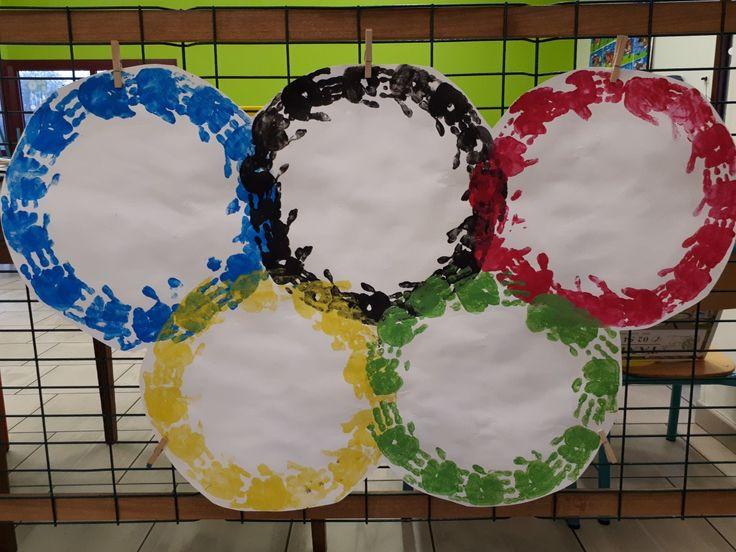 Anneaux olympiques réalisés avec les empruntés de mains des benjamins