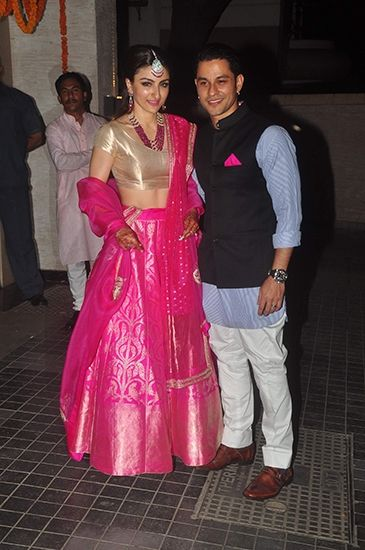 Soha Ali Khan Khemu in a fuchsia pink Sanjay Garg lehenga for the reception.