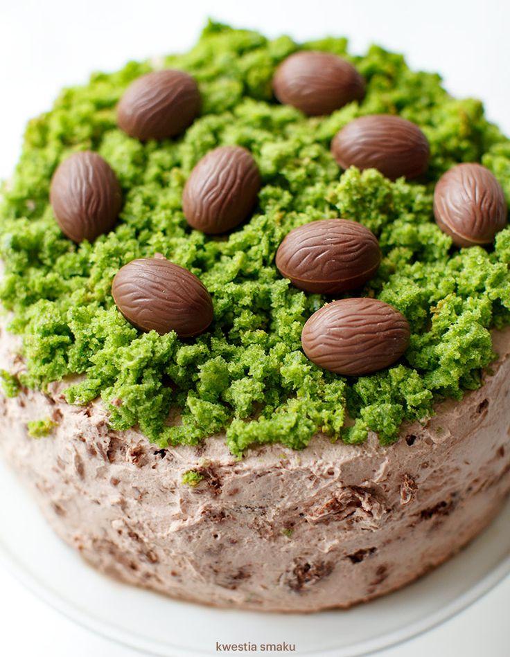 Czekoladowy torcik z zielonym mchem