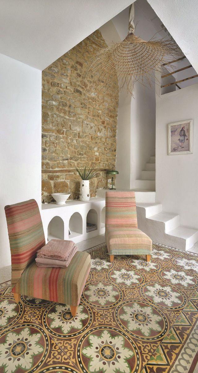 Dans le petit salon en contrebas, sous une suspension des îles de Kerkennah, un sol en carreaux de ciment d'origine, des chauffeuses Carthage en couvertures anciennes, des portes de penderie travaillées à la gouge et un chapeau Manon Martin.