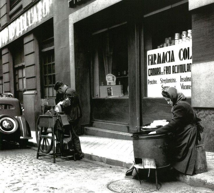 Vista de una calle de Madrid en la que aparecen un afilador y una…