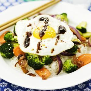 Wokade grönsaker med stekt ägg