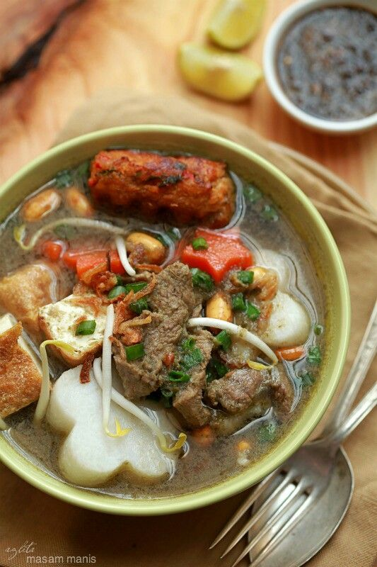 Soto Daging So many variant of Soto Daging: Soto Betawi, Soto Madura, Soto Jombang, Soto Dok etc.. And I love them so much ^^;
