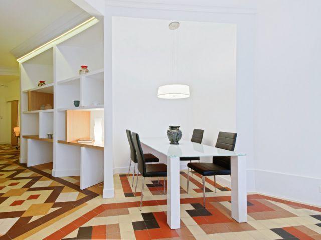D'un appartement très cloisonné, sombre et mal agencé, les architectes Lionel Le Pavec et Julien Brengues ont créé un espace de vie moderne dans le respect de l'ancien. Une rénovation articulée autour d'une percée de lumière traversant le logement de bout en bout. Visite.