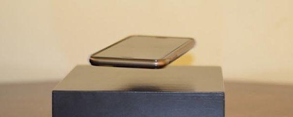 Das Aufladen des Akkus ist bei Smartphones naturgemäß ein großes Thema. Schon seit einer Weile gibt es Ladestationen, die das Telefon kabellos mit Strom versorgen. Der OvRcharge von AR Designs Canada tut das auch, allerdings mit einem coolen Special Effect. Dort schwebt nämlich das Telefon über der Station, während es aufgeladen wird. Mehr als eine [ ]