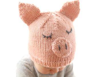Il modello di lavoro a maglia maglia cappello di prua è di gran lunga il mio modello più venduto e non è una sorpresa perché è un perfetto mix di dolcezza e semplicità. Plus è la soluzione perfetta per quei piccoli che potrebbero essere un po lento sulla parte anteriore di crescita dei capelli (ahem, Baby v...) questo modello include taglie da neonato a 2T + ed è una maglia rapida e facile. E rende un fantastico regalo baby shower! Si otterrà un sacco di Maniera! quando la mamma-a-essere…