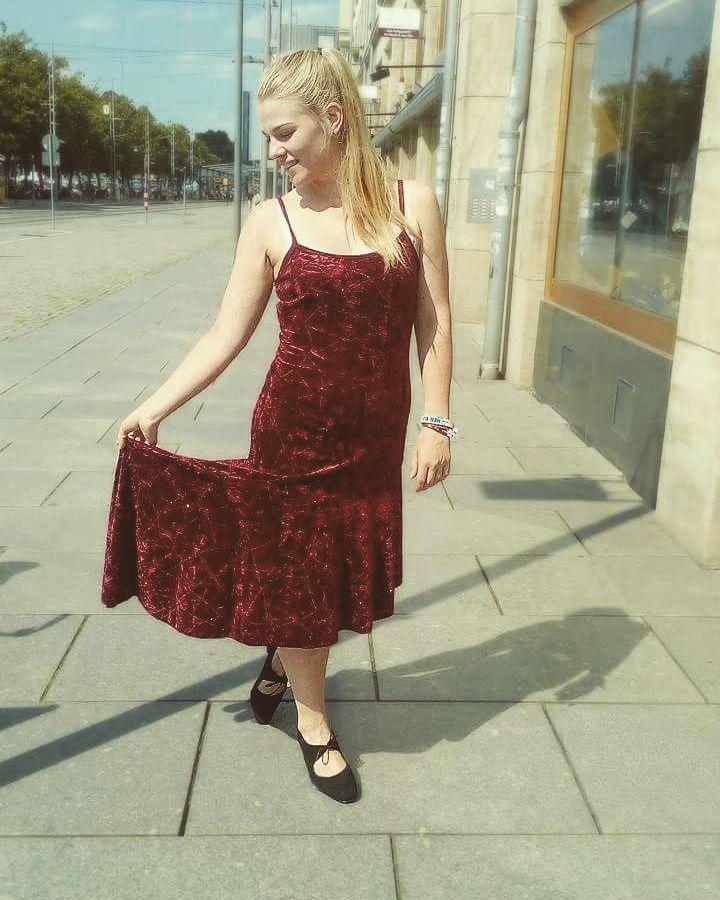 Let's dance :) Perfekt für den nächsten Tangotanzabend  #reddress #tango #dance #danceshoes #dresden #velvetdress #letsdance  #humanadresden #humanasecondhandgermany