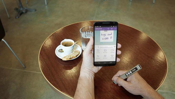 Tym długopisem możesz pisać nawet po cytrynie. Wszystko i tak pojawi się w twoim telefonie.  The Phree to nowoczesny długopis wyprodukowany przez firmę OTM Technologies, który dosłownie każdą powierzchnię zamienia w niezawodny notatnik. Gadżet współpracuje ze smartfonami, z którymi paruje go specjalna aplikacja. Każdy ruch i nacisk ręki, która trzyma długopis, jest prezentowany na …