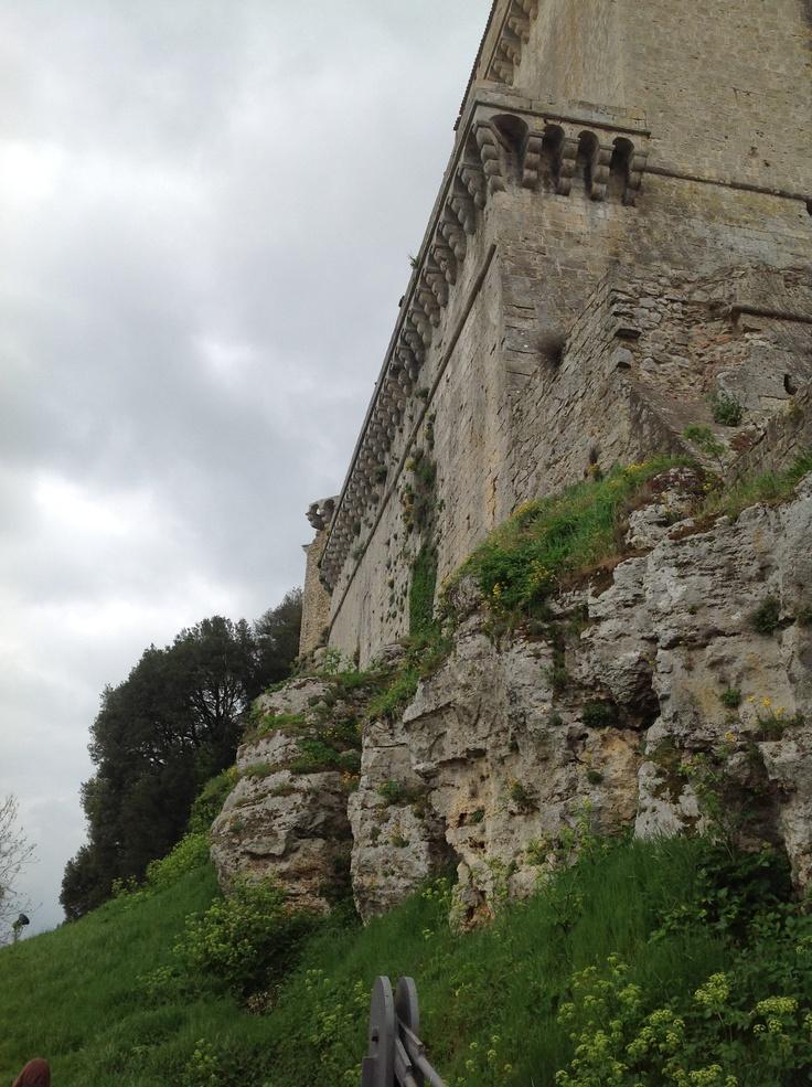 Visione della rocca camminando verso il secondo ingresso al castello (posteriore). Roccia e pietra: metamorfosi.
