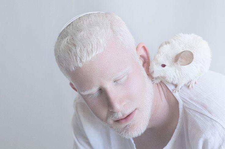 """L'artiste Yulia Taits est fascinée par la beauté et la pureté des personnes atteintes d'albinisme, leur pigmentation si particulière transporte Yulia Taits dans une monde féérique et merveilleux.  À l'origine, Yulia Taits est une photographe qui utilise beaucoup Photoshop, mais avec cette série baptisée """"Porcelain Beauty"""" elle a eu le bonheur de ne pas retoucher ses images et ainsi de se rendre compte de l'étendue et la richesse de la palette des blancs."""