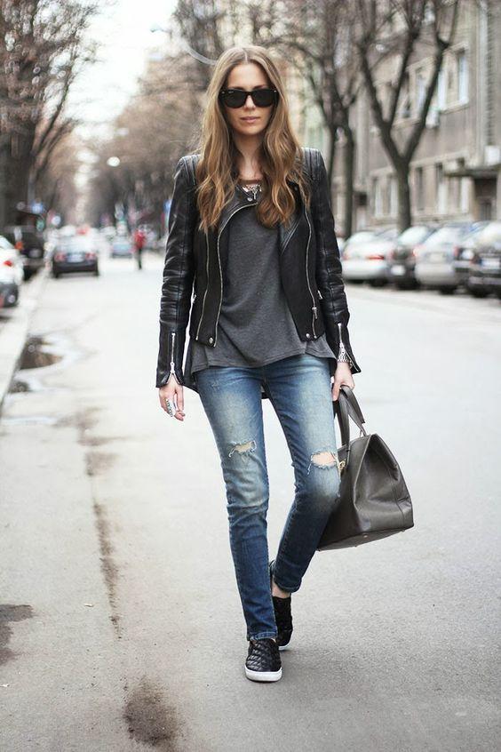Slip on, jaqueta de couro, bolsa preta.