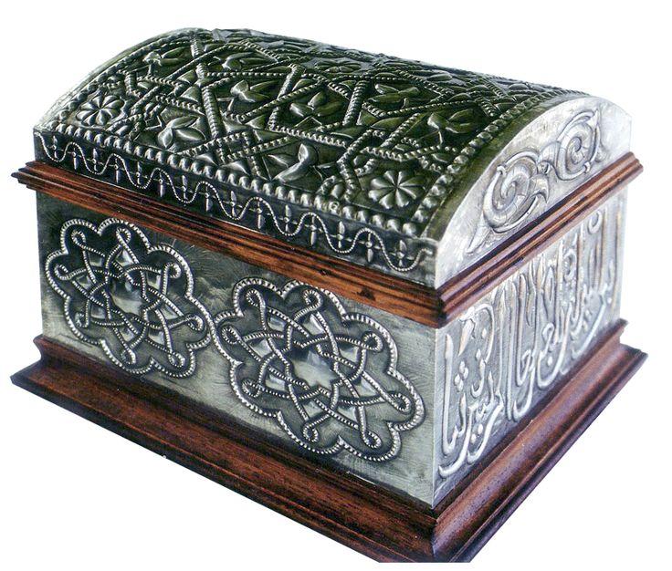 El trabajo sobre metales cuenta con una larga tradición cultural, ya desde la antigüedad aparecen bellas piezas en ese material y es a mediados de la Edad Media, cuando éstas alcanzan un elevado …
