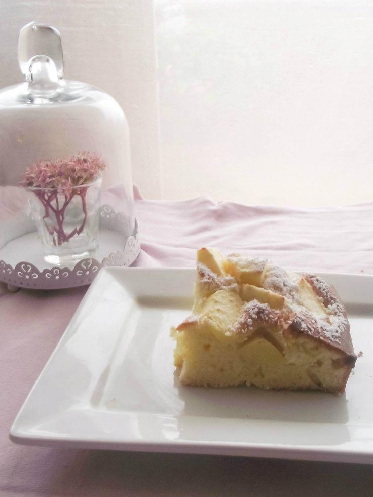 Una semplicissima torta di mele caratterizzata dalla presenza di un infuso fatto da olio (d'oliva se di sapore leggero o altrimenti di semi) e succo e scorza di limone.Il risultato è...