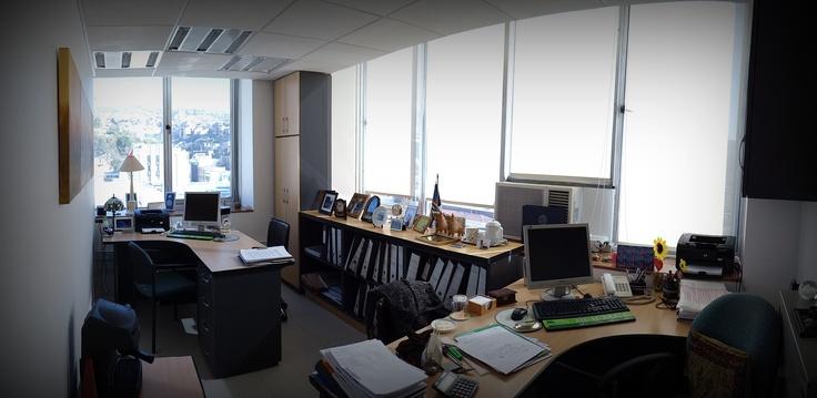 Vista general de oficina de gerencia. Escritorios, mueble bajo para guardado de carpetas, closet cerrados. Muebles enchapados lamitech en duotono.