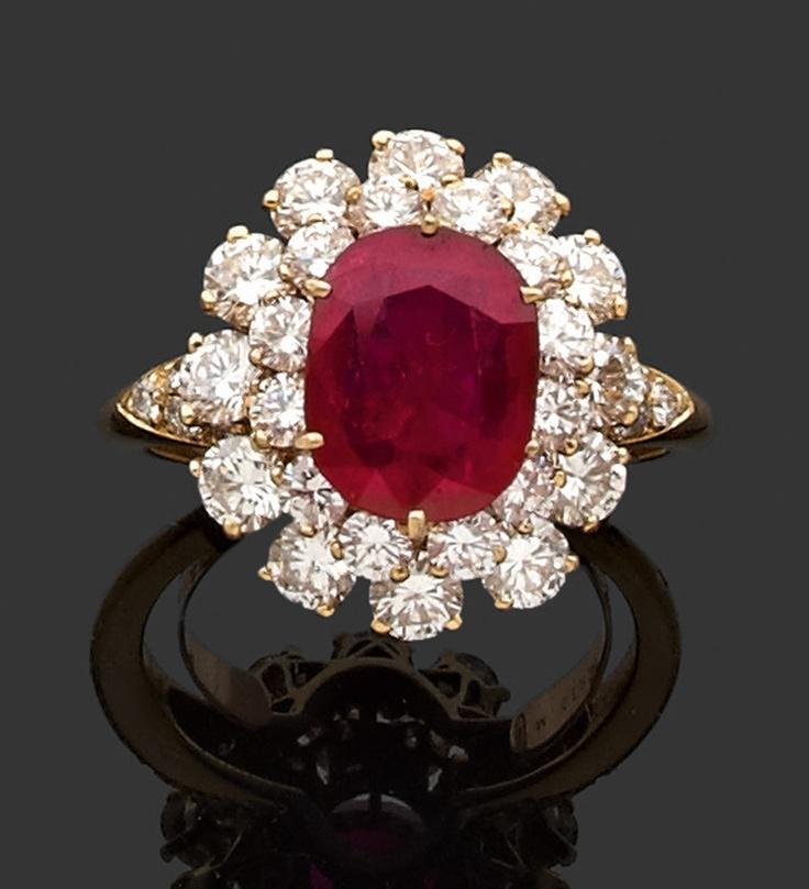 M. GERARD Années 1970 BAGUE rubis et diamants en or jaune.