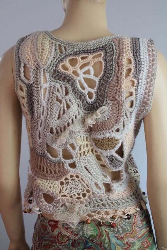 Boho Chic Hippie Crochet Freeform grueso chaleco - Sweater - Cardigan - arte vestible - OOAK Este es un chaleco exclusivo, realizado en técnica Freeform. Es una cálida y confortable. Material: lana merino, lana hilada de mano, mano murió viscosa, granos, hilo, cordón. Color: tonos marfil, beige, Tamaño: M / L; NOSOTROS: 10 -14  Busto: hasta 100 cm 40 Longitud desde el hombro hasta el fondo: 56cm - 22  Instrucciones de cuidado: mano Lave cuidadosamente en agua fría y de la endecha plana para…