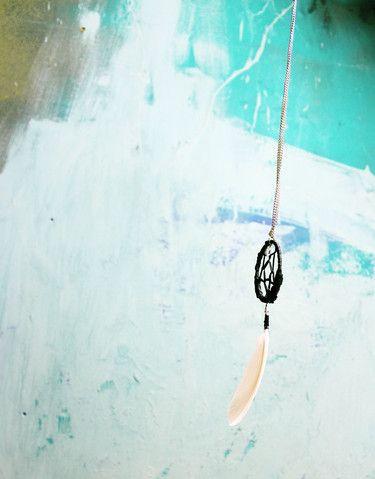 handgemachte Traumfängerkette aus Holz, Bast, Silberkette, Feder und Perlen; schwarz/weiß/silber (Modeschmuck)  Durchmesser: ca. 4,8cm Länge: ca. 16cm einfache Länge Kette: ca. 22cm