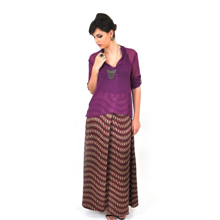 A camisa roxa transparente e a saia longa estampada compoem um visual contemporâneo e bem estiloso. Compre já: www.grege.com.br