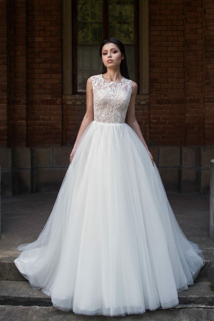Пышное свадебное платье с открытой  спиной.