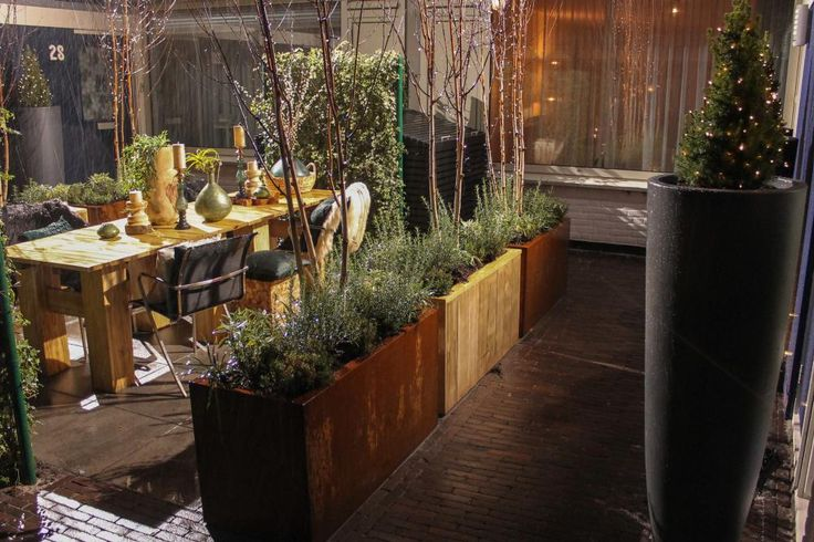Voor de gezamenlijke voortuin in Zoetermeer heeft Tom een handig trucje bedacht. Hij maakt verrijdbare plantenbakken, met wieltjes eronder. Mochten de buren hun delen van de tuin toch even willen scheiden, dan zetten ze gewoon de plantenbakken in het midden. Zonder te tillen dus!