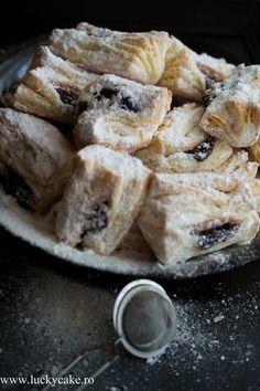 O reteta veche, haiose, prajituri traditionale de Craciun. Aluatul este unul care se desface in foi, si au o umplutura delicioasa de magiun de prune.