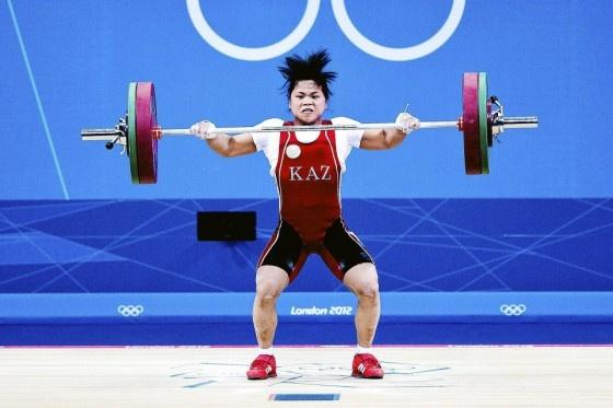 Kazakstanin 19-vuotias Zulfija Tšinšanlo nosti naisten 53 kg uuden maailmanennätyksen.   Katso kuvakooste olympialaisista. Kuva: Vesa Koivunen